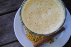 Smoothie aux fruits avec du pollen