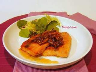 Salmon with honey and caramelized onion